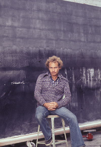 De Wain Valentine in front of Gray Column, 1975–76, during the polishing stage.